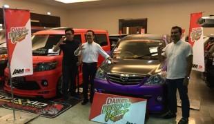 Manajemen-Daihatsu-dan-HIN-berfoto-bersama-beberapa-unit-modifikasi-Daihatsu-di-Daihatsu-Dress-Up-Challenge-2018-Surabaya-24-Mar-1068x801