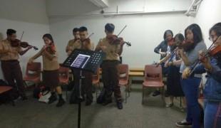 Antusias, siswa SMA bersama-sama bermain Biola bersama mahasiswa CoM Senior dalam workshop